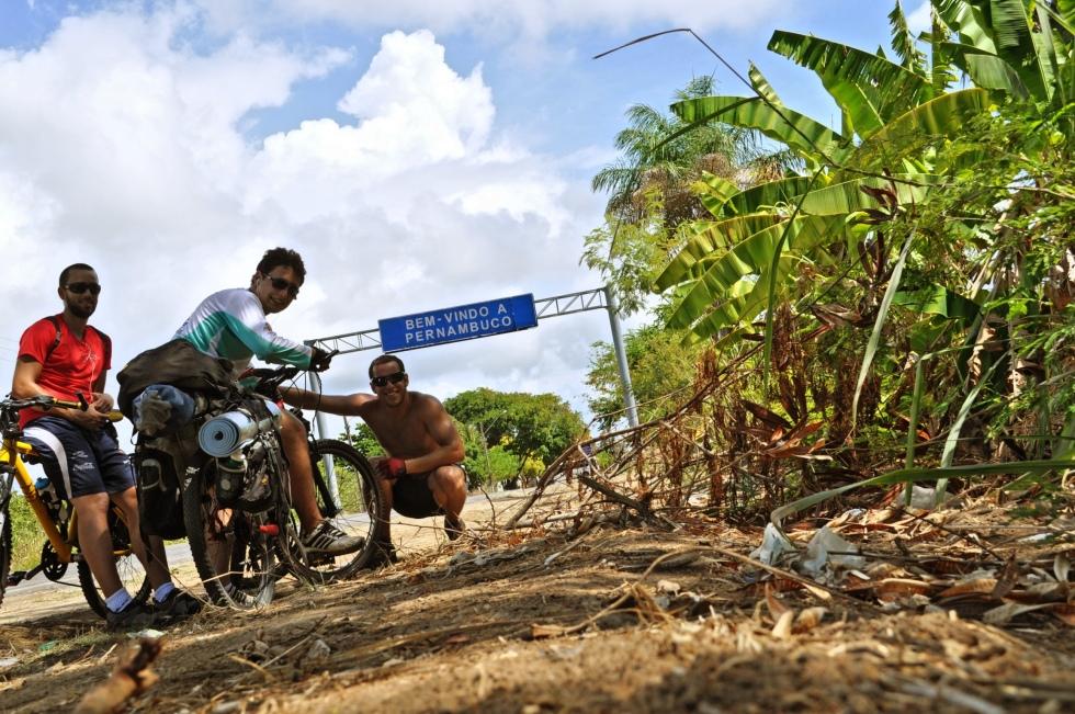Foto da chegada em Pernambuco, durante viagem de bicicleta entre Salvador e Fortaleza.
