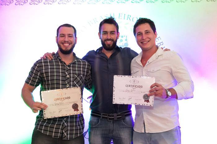 Daniel Chaves, Marcelo Baptistella e Guilherme Palu: os três sócios recebendo duas medalhas no Festival Brasileiro da Cerveja 2015.